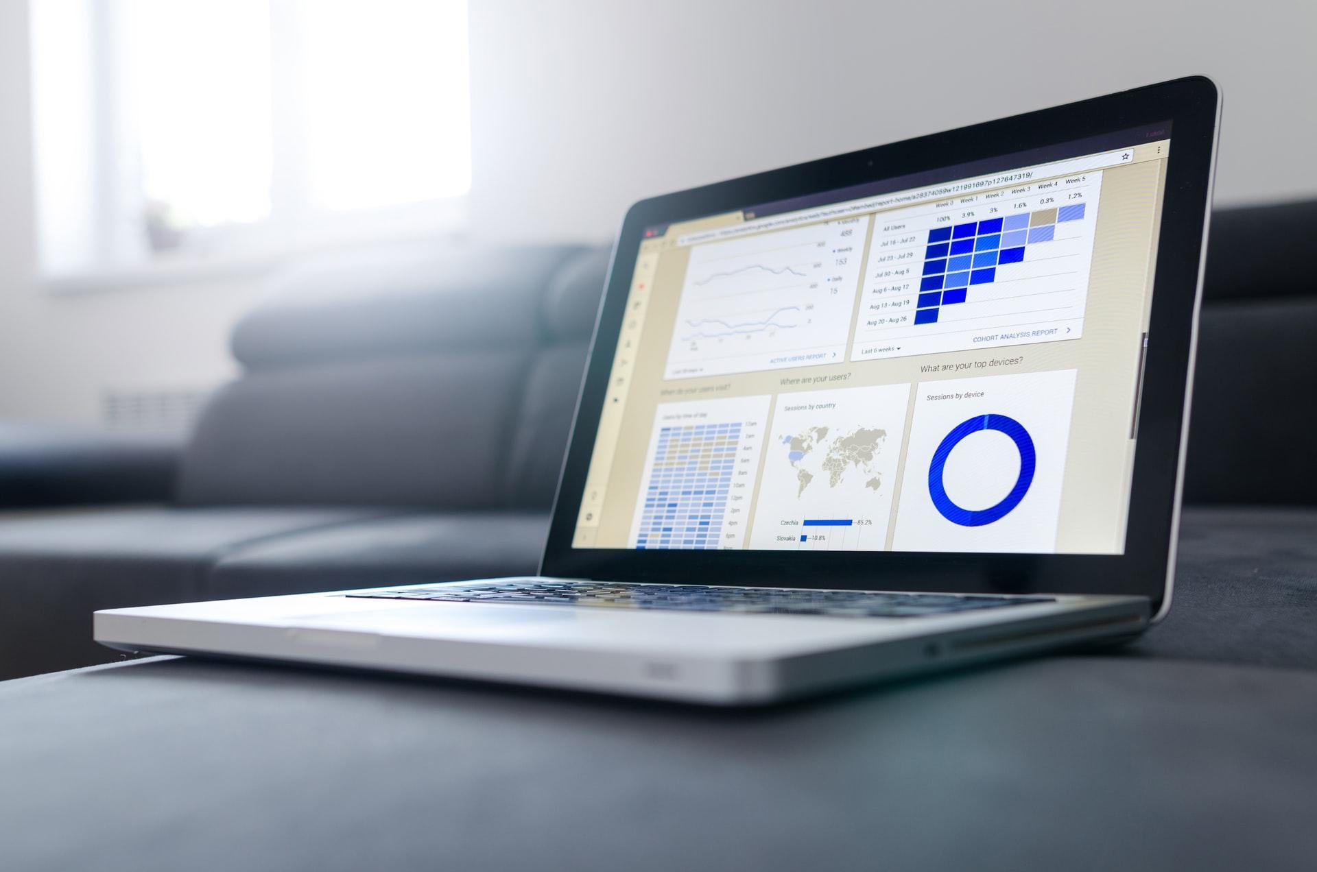 google data studio kannettavan tietokoneen näytöllö